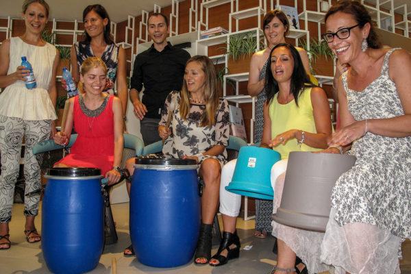 team building drum stomp musica materiali di riciclo recupero spazzatura ritmo